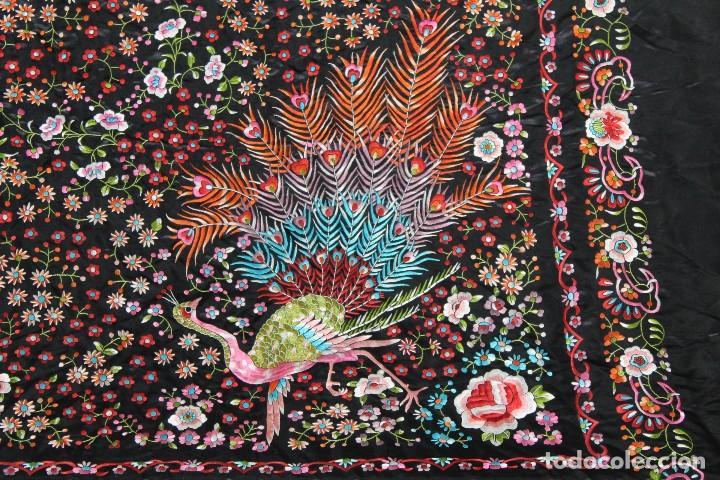 Antigüedades: Mantón antiguo bordado con escena de pavo real, flores, bordado a máquina con gran maestría. - Foto 8 - 152277450