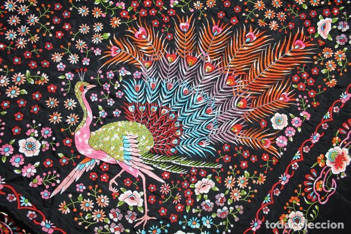 Antigüedades: Mantón antiguo bordado con escena de pavo real, flores, bordado a máquina con gran maestría. - Foto 10 - 152277450
