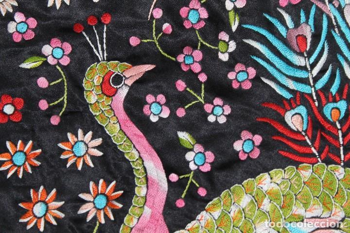 Antigüedades: Mantón antiguo bordado con escena de pavo real, flores, bordado a máquina con gran maestría. - Foto 11 - 152277450