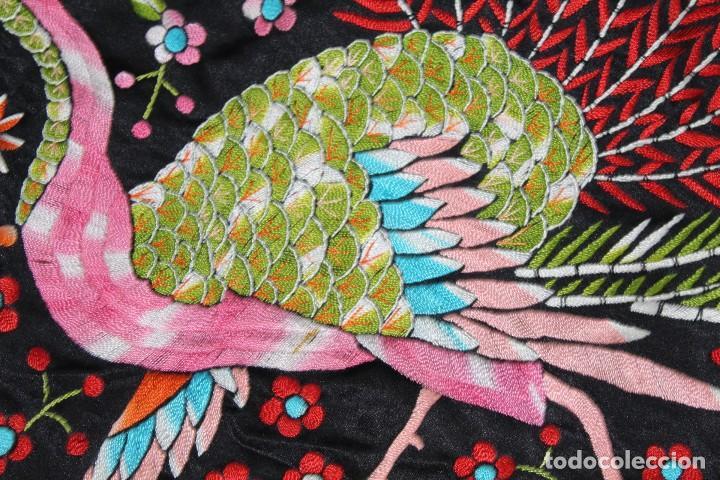 Antigüedades: Mantón antiguo bordado con escena de pavo real, flores, bordado a máquina con gran maestría. - Foto 12 - 152277450