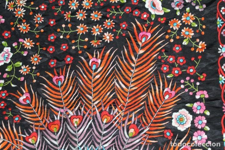 Antigüedades: Mantón antiguo bordado con escena de pavo real, flores, bordado a máquina con gran maestría. - Foto 13 - 152277450
