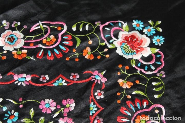 Antigüedades: Mantón antiguo bordado con escena de pavo real, flores, bordado a máquina con gran maestría. - Foto 14 - 152277450