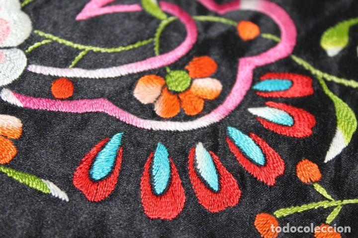 Antigüedades: Mantón antiguo bordado con escena de pavo real, flores, bordado a máquina con gran maestría. - Foto 15 - 152277450