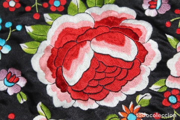 Antigüedades: Mantón antiguo bordado con escena de pavo real, flores, bordado a máquina con gran maestría. - Foto 16 - 152277450