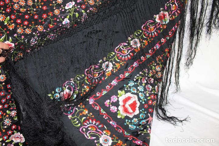 Antigüedades: Mantón antiguo bordado con escena de pavo real, flores, bordado a máquina con gran maestría. - Foto 17 - 152277450