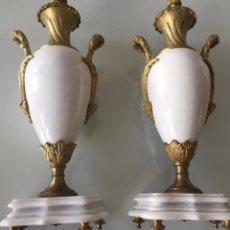Antigüedades: PRECIOSOS JARRONES FRANCESES DE BRONCE Y MÁRMOL. Lote 152307498