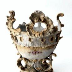 Antigüedades: FLORERO DE BISCUIT CON FORMAS ROCOCO - S. XIX. Lote 152317382