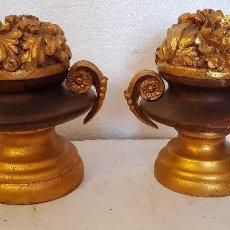 Antigüedades: PAREJA JARRONES TALLA DE MADER PAN DE ORO. Lote 152339306