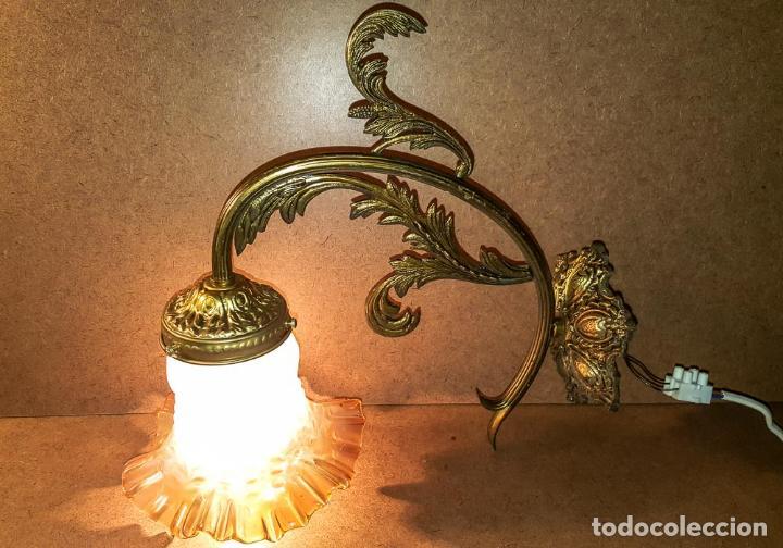 APLIQUE DE BRONCE CON TULIPA DE CRISTAL AMBAR (Antigüedades - Iluminación - Apliques Antiguos)