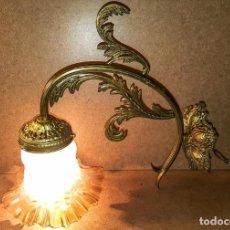Antigüedades: APLIQUE DE BRONCE CON TULIPA DE CRISTAL AMBAR. Lote 152402442