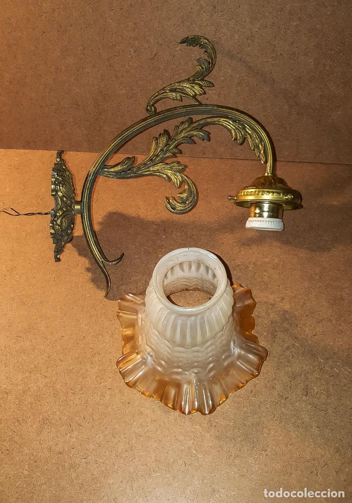 Antigüedades: APLIQUE DE BRONCE CON TULIPA DE CRISTAL AMBAR - Foto 2 - 152402442