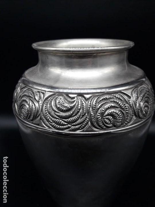 Antigüedades: Florero de metal plateado - Foto 2 - 152250382