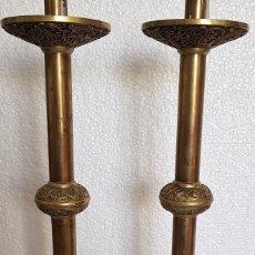 Antigüedades: PAREJA DE HACHEROS EN BRONCE 35 CM. Lote 152461038