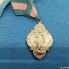 Antigüedades: MEDALLA CON CINTA DE LA COFRADÍA DE MARIA AUXILIADORA Y SAGRADO CORAZON DE JESUS , VALENCIA 1960. Lote 152478609