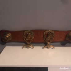 Antigüedades: ANTIGUO PERCHERO MADERA Y BRONCE CON HERRADURAS DE CABALLOS. Lote 152488682