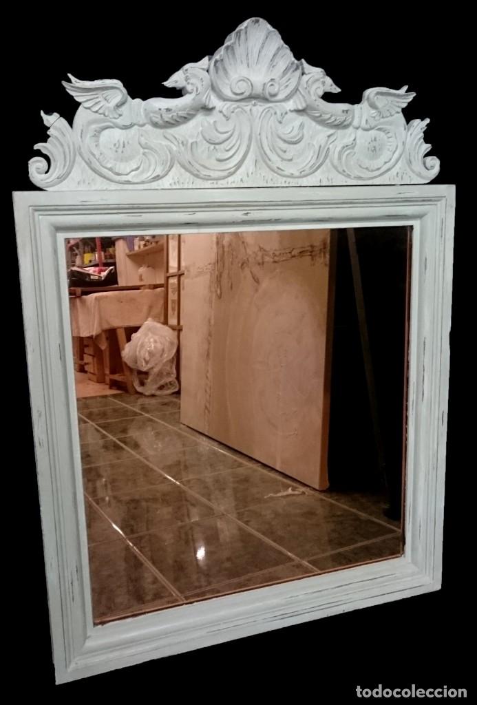 Antigüedades: Antiguo espejo de madera de nogal con copete con animales. Pintado al estilo gustaviano. 113x80x4 cm - Foto 2 - 151661558