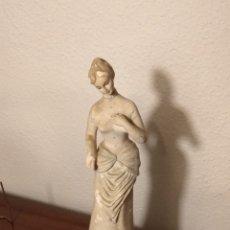 Antigüedades: DELICADA FIGURA YESO O SIMILAR. 30 CMS. Lote 152492816