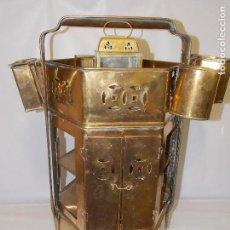 Antigüedades: MUEBLE VITRINA ESTANTERÍA DE LATON CON CAJON Y LAMPARA . Lote 152502954