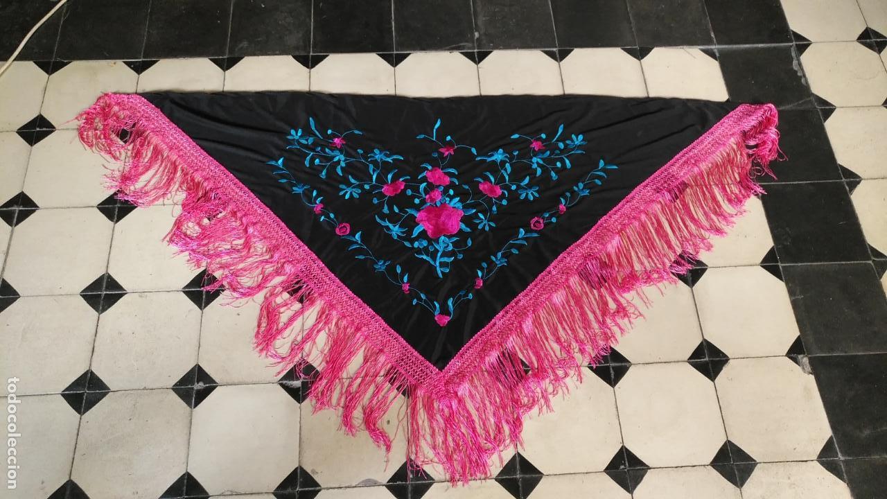 Antigüedades: manton pico bordado flecos rosas , bordados tuquesa y rosa 164 x 47 mas los flecos - Foto 2 - 152523518