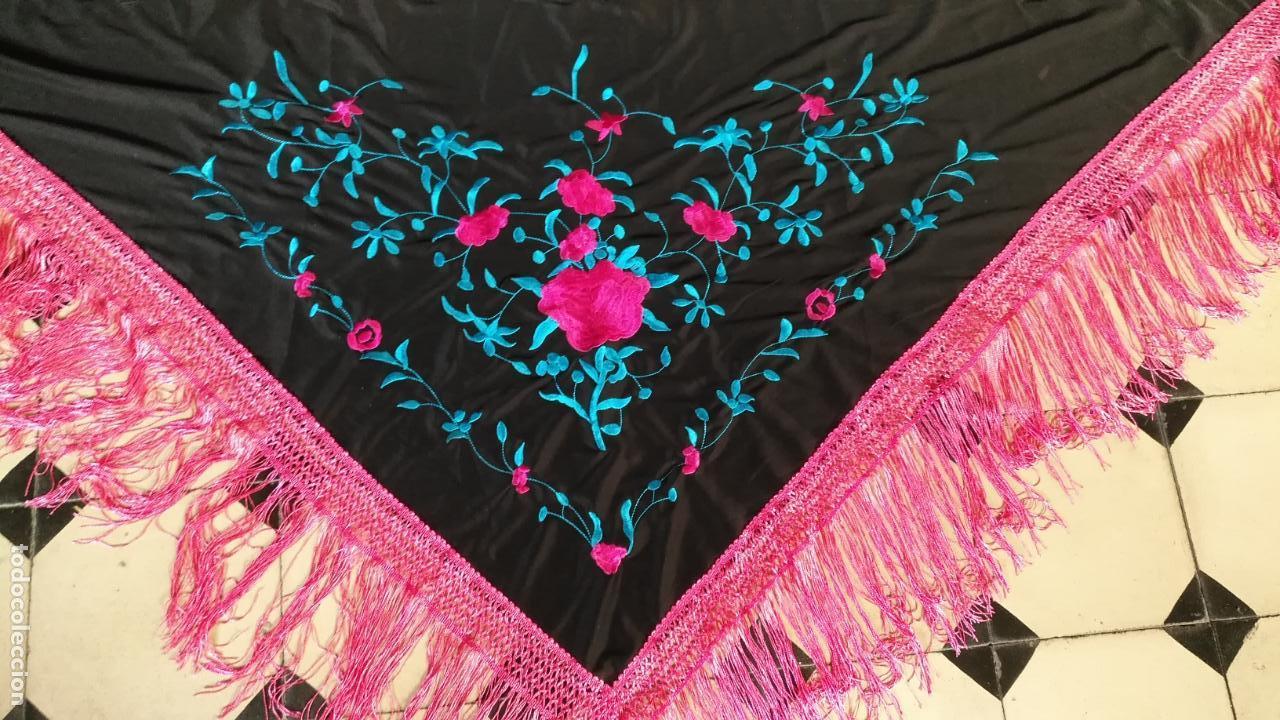 Antigüedades: manton pico bordado flecos rosas , bordados tuquesa y rosa 164 x 47 mas los flecos - Foto 3 - 152523518
