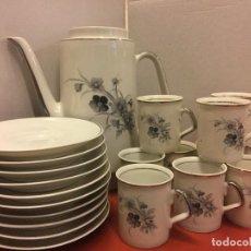 Antigüedades: PRECIOSO JUEGO DE CAFÉ Y CAFETERA EN PORCELANA, CON ASAS PINTADAS EN PLATA. 10 SERVICIOS. Lote 152551370