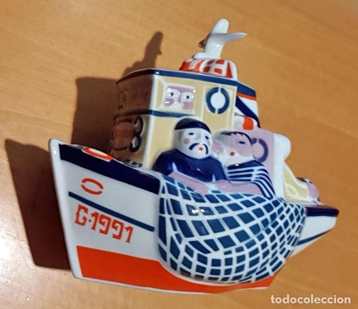 Antigüedades: Barca de pesca con pescadores de porcelana de Sargadelos. 22 cm (largo). Galicia - Foto 2 - 152567950