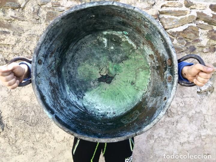 ANTIGUO BARREÑO DE COBRE GRANDE CALDERA GRANADINO CINCELADO (Antigüedades - Técnicas - Rústicas - Utensilios del Hogar)
