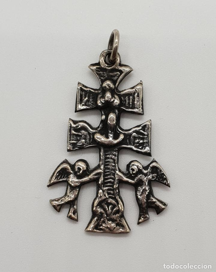 ANTIGUA CRUZ DE CARAVACA BIFAZ, CINCELADA A MANO EN PLATA DE LEY POR SUS DOS CARAS . (Antigüedades - Religiosas - Cruces Antiguas)
