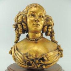 Antigüedades: ANTIGUO BUSTO DE CHICA NIÑA DE ESCAYOLA PINTURA DORADA PEANA DE MADERA . Lote 152590066