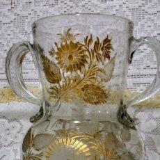 Antigüedades: PRECIOSA JARRA DE CRISTAL DE DOS ASAS DE LA REAL FÁBRICA DE LA GRANJA. SIGLO XVIII. Lote 152592846