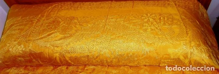 Antigüedades: Colcha antigua tipo seda motivos orientales.Amarilla,ocre. - Foto 2 - 152575618