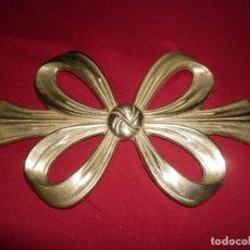 Antigüedades: ANTIGUA POSA OLLAS DE METAL EN FORMA DE LAZO. Lote 152617218