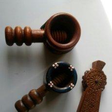 Antigüedades: 3 CASCA NUECES EN MADERA. Lote 152633769