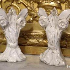 Antigüedades: PAREJA DE JARRONES PARA CAPILLA DE VIRGEN O NIÑO JESUS, PORCELANA FILO ORO ESTILO ISABELINO 12 CM. Lote 110957854