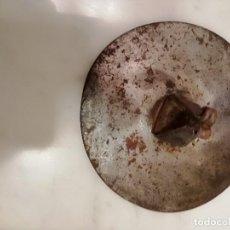 Antigüedades: ANTIGUO TAPE O TAPA DE METAL PARA SARTEN O TINAJA - 11 CM. DE DIAMETRO DECORACIÓN BODEGA O COCINA. Lote 152660562