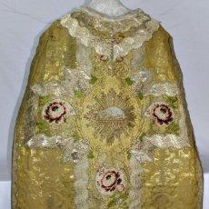 Antiques: T7 MARAVILLOSA CASULLA BORDADA, HILOS DE ORO, SEDA. . Lote 155925697