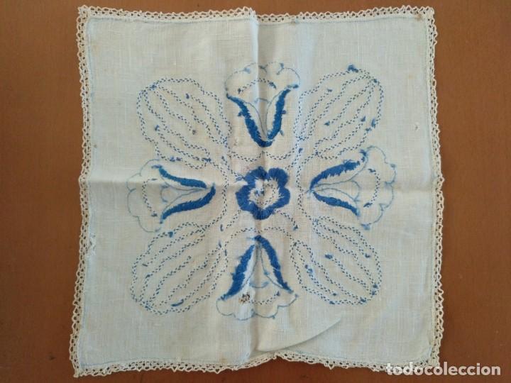 Antigüedades: ANTIGUO PAÑUELO BORDADO A MANO CON BORDE DE GANCHILLO 30 X 30 CM (APROX) - Foto 3 - 152734710
