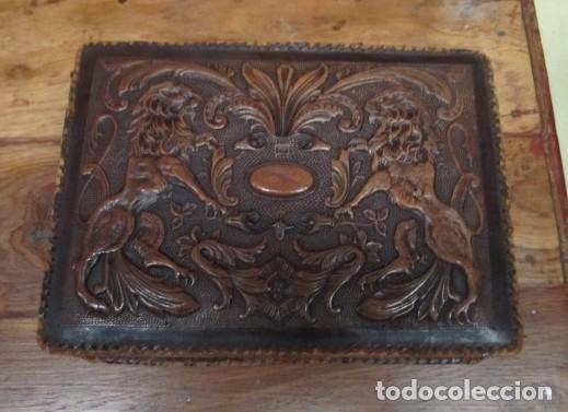 CAJA DE CUERO REPUJADO, BUENA MEDIDA COMO PURERA (Antigüedades - Hogar y Decoración - Cajas Antiguas)