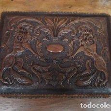 Antigüedades: CAJA DE CUERO REPUJADO, BUENA MEDIDA COMO PURERA . Lote 152780762