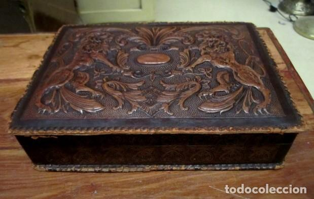 Antigüedades: Caja de cuero repujado, buena medida como purera - Foto 2 - 152780762