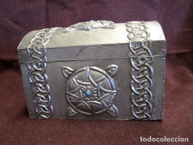 CAJA JOYERO ESTAÑO REPUJADO CON TURQUESA (Antigüedades - Hogar y Decoración - Cajas Antiguas)