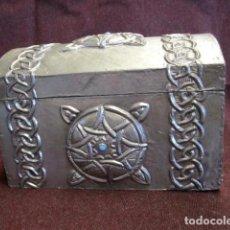 Antigüedades: CAJA JOYERO ESTAÑO REPUJADO CON TURQUESA. Lote 152781006