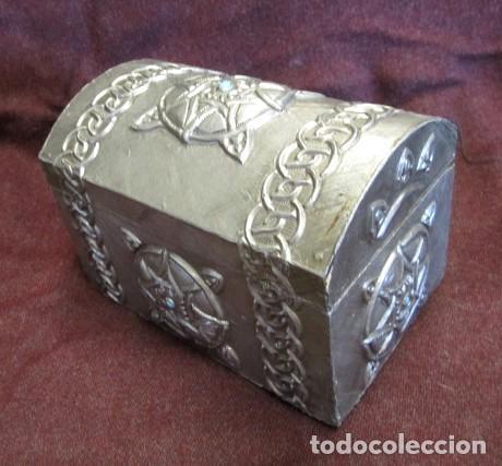 Antigüedades: Caja joyero estaño repujado con turquesa - Foto 2 - 152781006