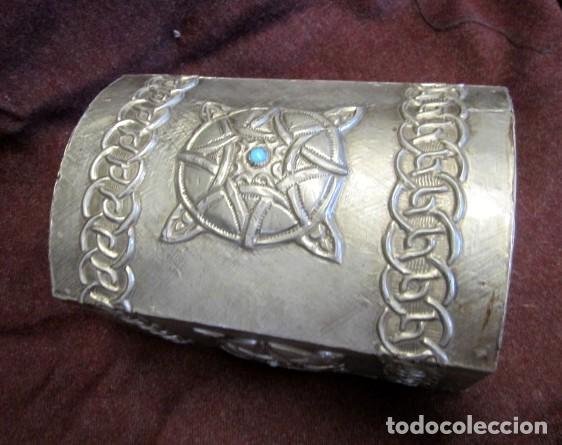 Antigüedades: Caja joyero estaño repujado con turquesa - Foto 3 - 152781006