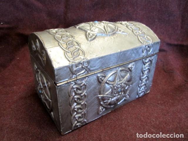 Antigüedades: Caja joyero estaño repujado con turquesa - Foto 4 - 152781006