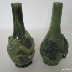 Antigüedades: PAREJA DE JARRONES CHINOS - RESINA SÍMIL JADE - JARRÓN DECORADO CON DRAGÓN. Lote 152796982