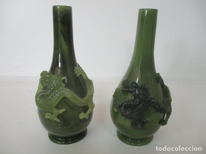 Antigüedades: Pareja de Jarrones Chinos - Resina símil Jade - Jarrón Decorado con Dragón - Foto 2 - 152796982