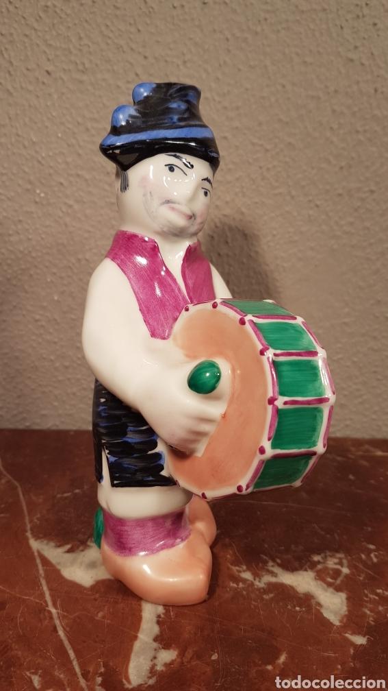 PERSONAJE TÍPICO MOZO CO BOMBO. CASTRO SARGADELOS . SERIE DE 7 FIGURAS. (Antigüedades - Porcelanas y Cerámicas - Sargadelos)