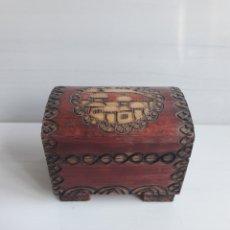 Antigüedades - Baúl o cofre de madera tallada pintada a mano. - 152871396