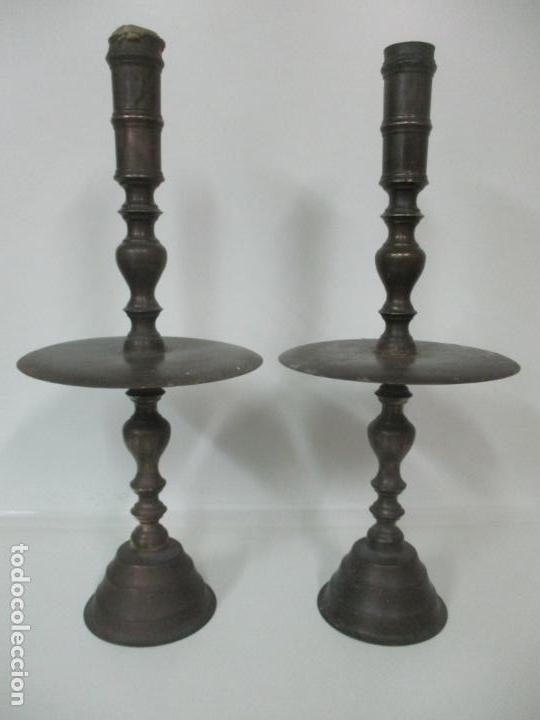 ANTIGUA PAREJA DE CANDELABROS DE ALTAR, IGLESIA - BRONCE CINCELADO - 70 CM ALTURA - S. XVIII-XIX (Antigüedades - Iluminación - Candelabros Antiguos)